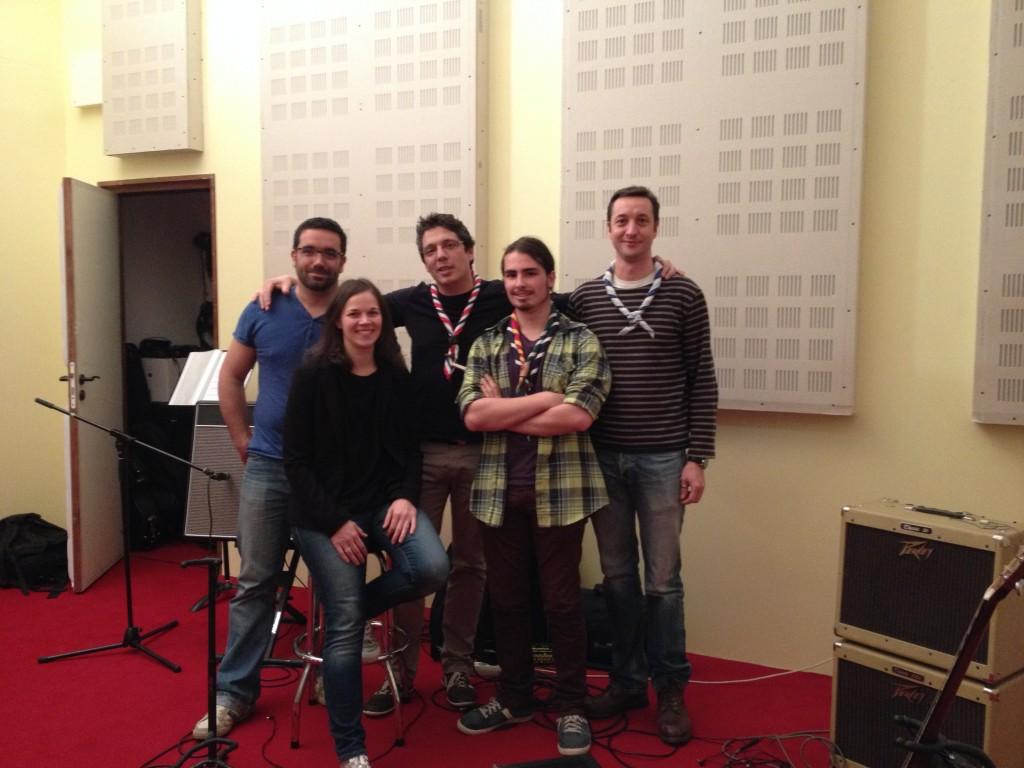 De gauche à droite, Martin, Julie, Benjamin, Jérémie et Pierre-henri dans les locaux de Meskine Records